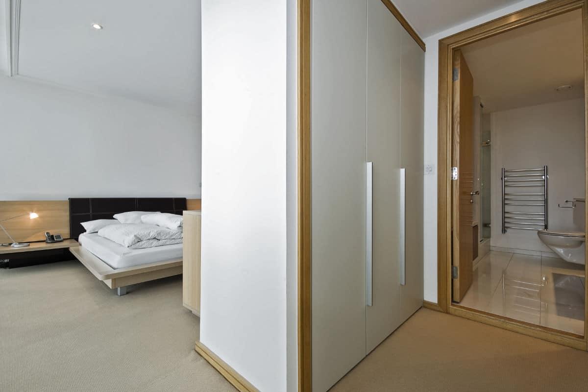 slaapkamer met badkamer en dressing