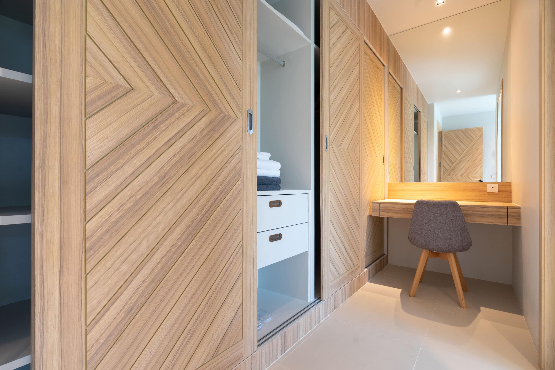 moderne houten kledingkast